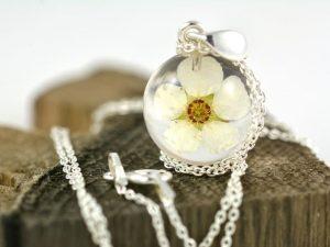 wisiorek srebrny z kwiatem tawuły w zywicy