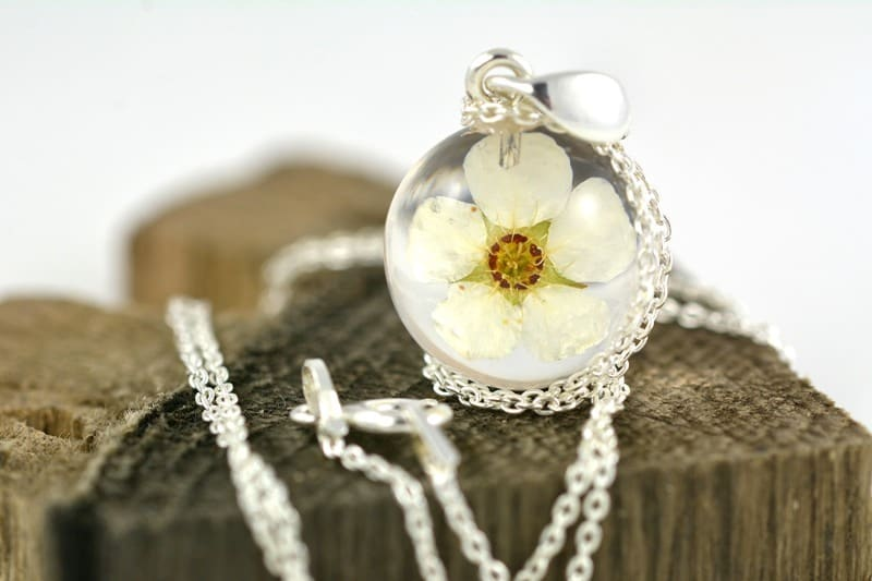 Wisiorek z białym kwiatem tawuły (Spirea sp.)