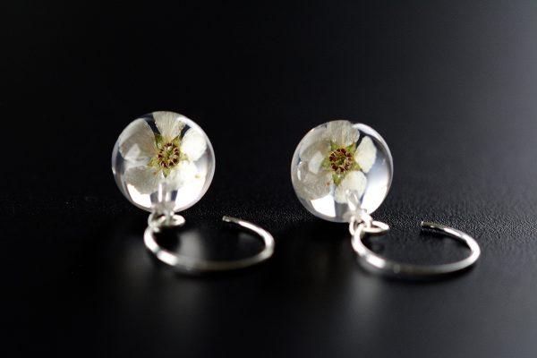 białe kwiaty kolczyki