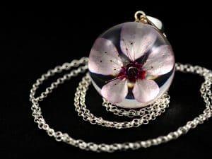 naszyjnik z różowym kwiatem wiśni