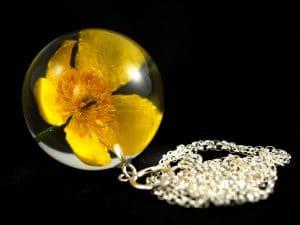 kwiat kaczeńca w żywicznej kuli