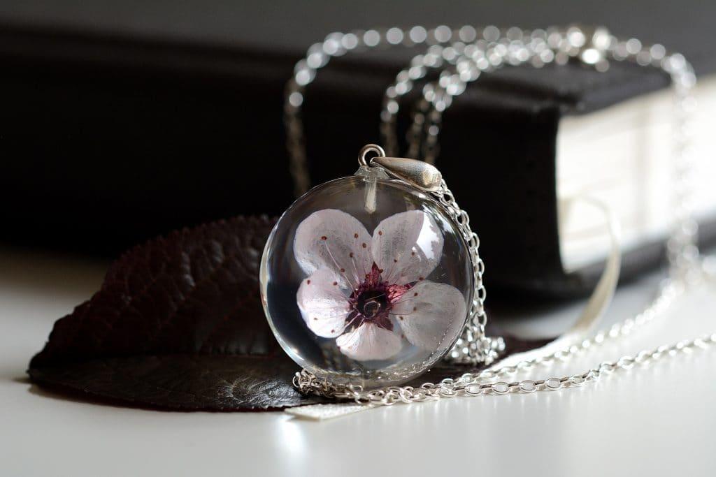 biżuteria z żywicy kwiat wiśni