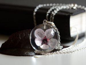 wisior z różowym kwiatem wiśni