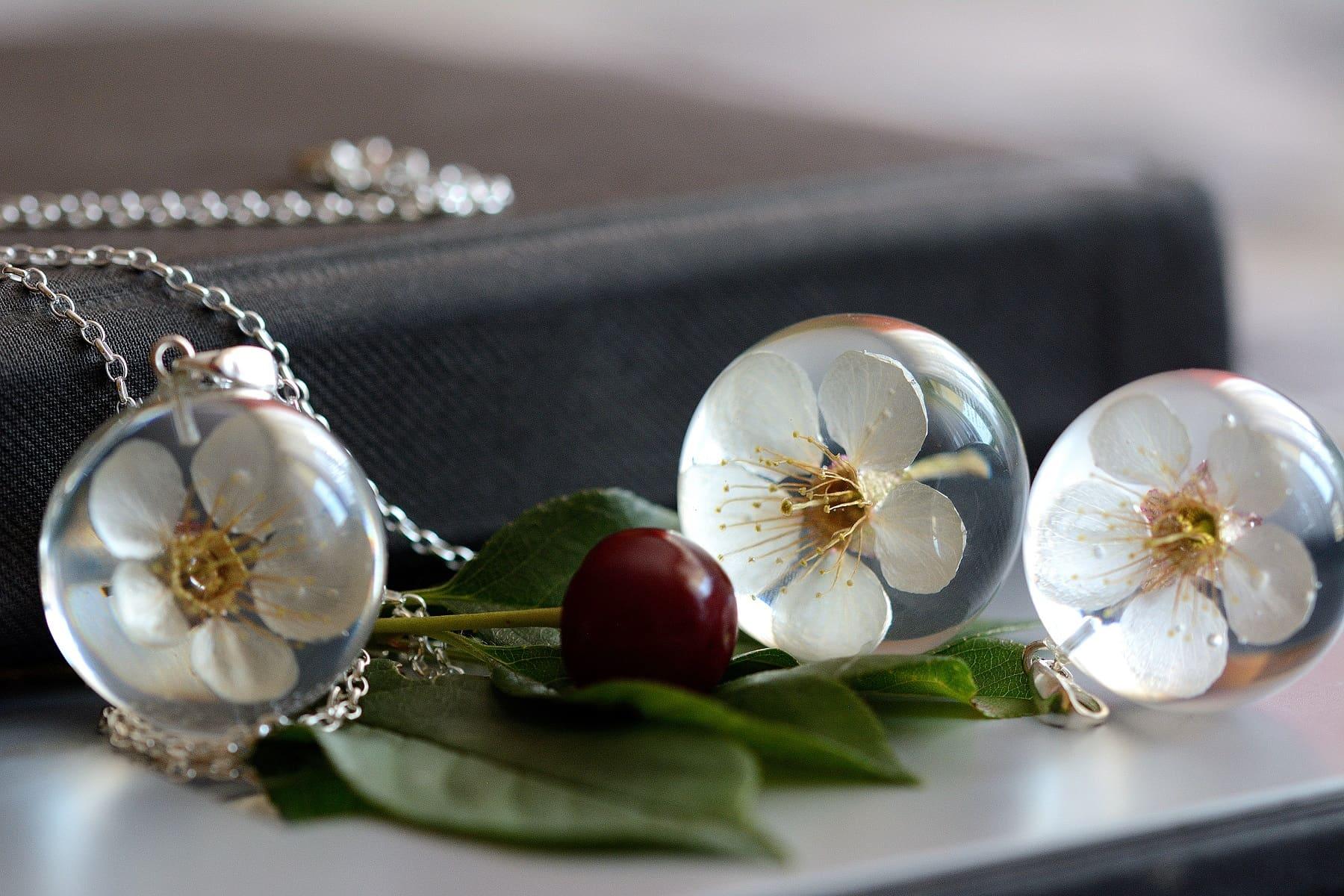 Zawieszka z białym kwiatem wiśni (Prunus sp.)