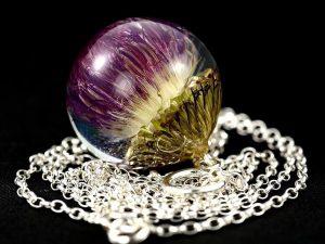 Biżuteria z żywicy. Wisior z ostem nastroszonym. Kula 2,5 cm.
