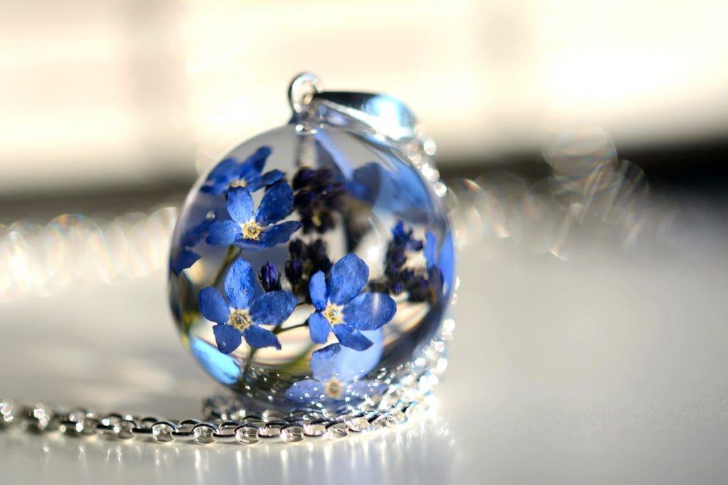 Biżuteria z żywicy. Wisiorek z niezapominajkami. Kula 2,5 cm.