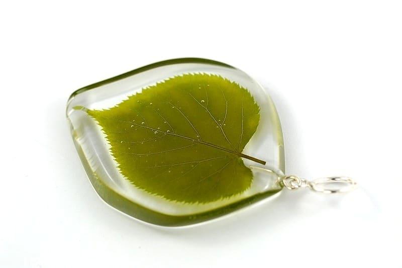 Biżuteria z żywicy. Zawieszka z liściem lipy.