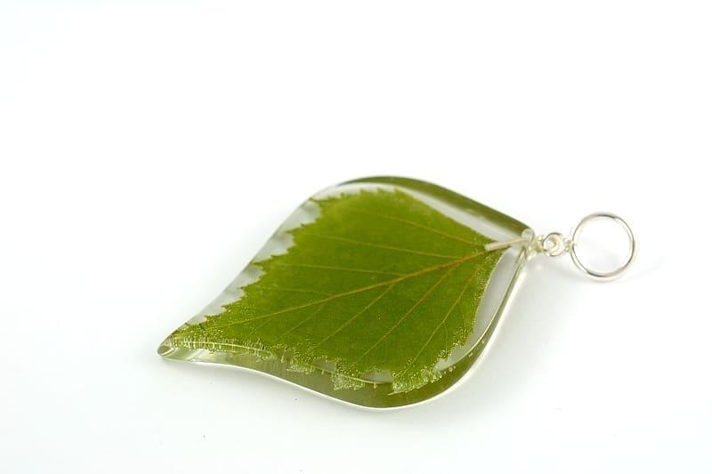 Biżuteria z żywicy. Zawieszka z liściem brzozy.