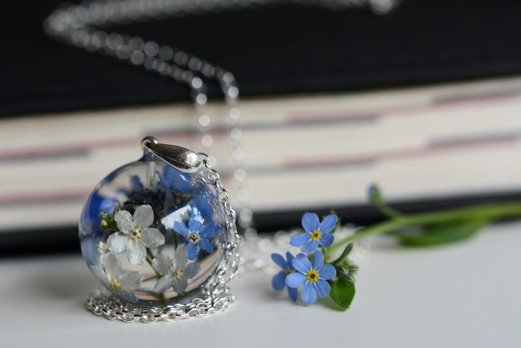 Biżuteria z żywicy. Zawieszka z białymi i błękitnymi niezapominajkami 4
