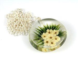 Wisior z uroczymi kwiatuszkami tawuły i soczystym mchem