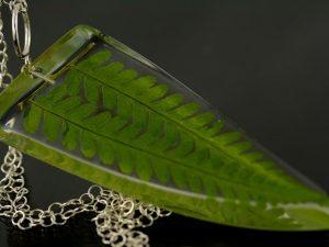 Wisior z naturalnymi listkami paproci