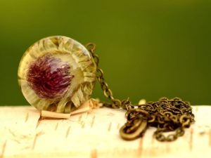 Wisiorek z ostem nastroszonym na antycznym łańcuszku