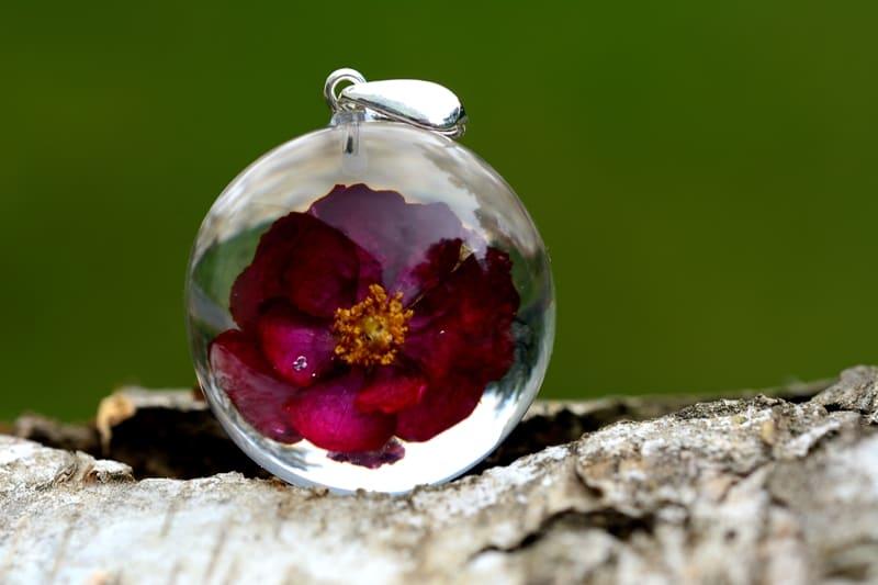 Zawieszka z czerwoną różą. Kula 3 cm.