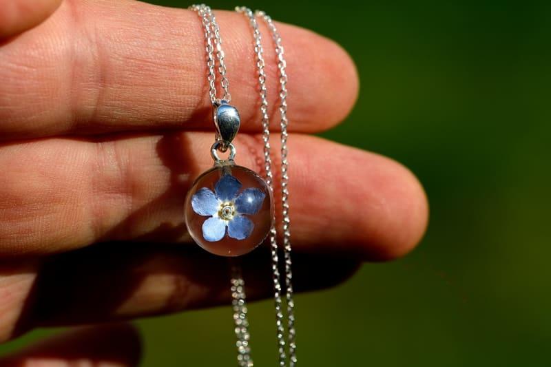 Filigranowy wisior z kwiatuszkiem niezapominajki.