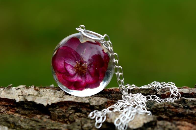 Wisior z różową różą. Kula 4 cm.