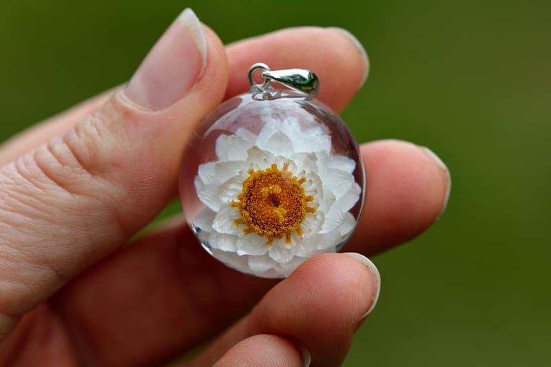 Biżuteria z żywicy. Zawieszka ze złociszkiem. Kula 2,5 lub 3 cm.