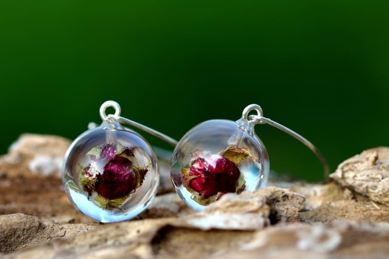 Biżuteria na prezent. Kolczyki z pąkami różyczek w żywicy.