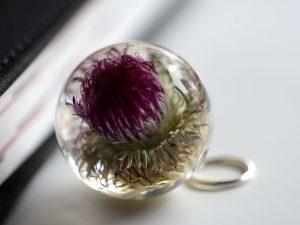 kula z kwiatem w żywicy