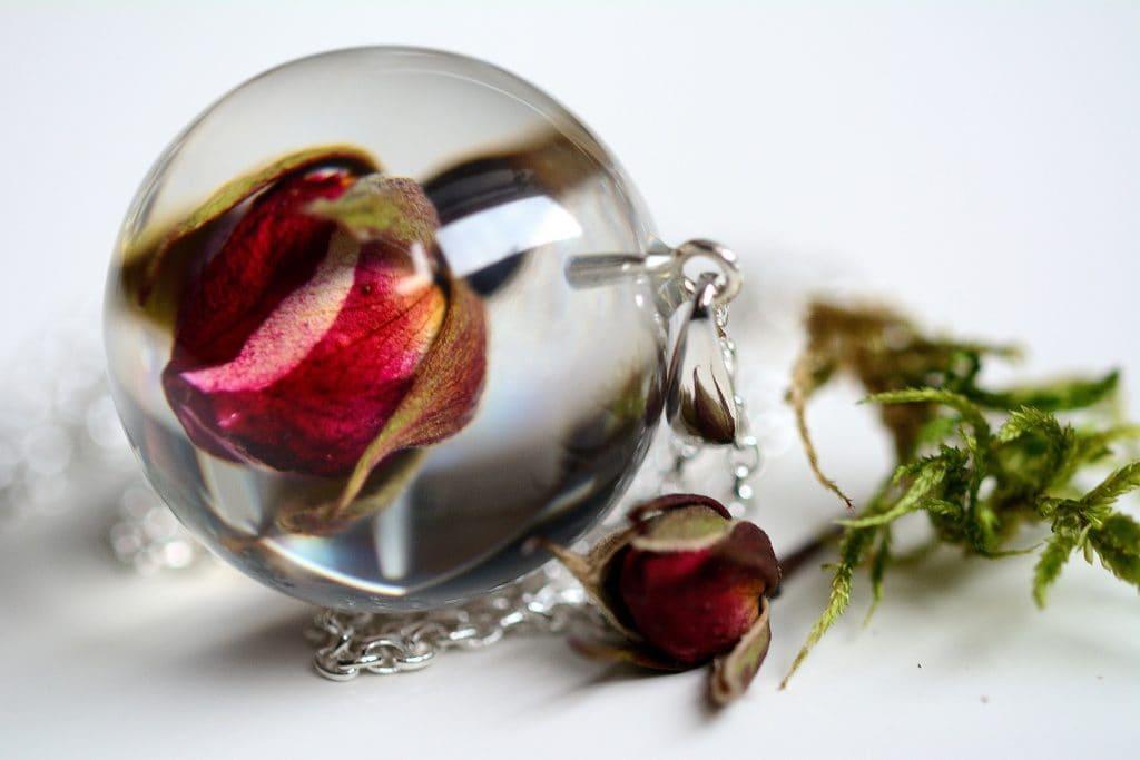 Wisior z pąkiem czerwonej róży. Kula 3 cm.