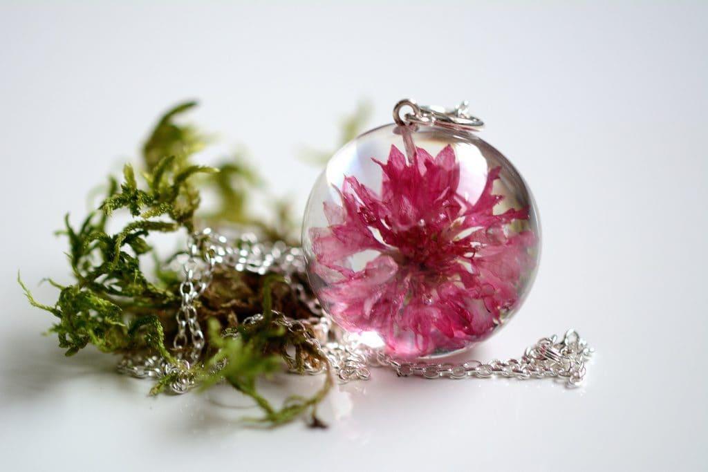 Wisior z różowym chabrem. Kula 3 cm.