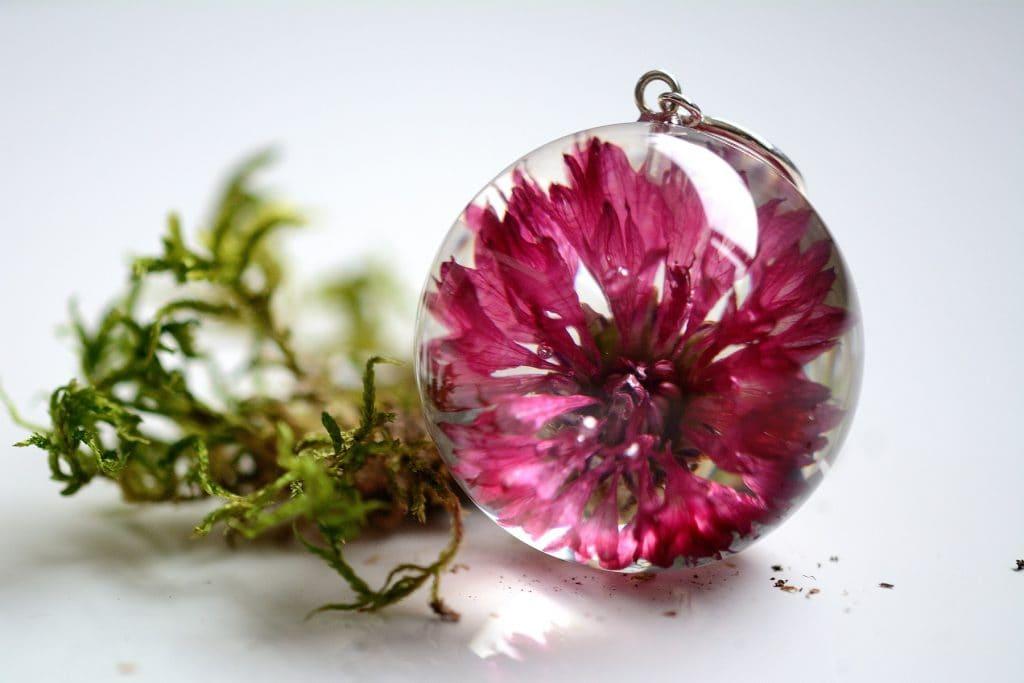 Zawieszka z różowym chabrem. Kula 3,4 cm.