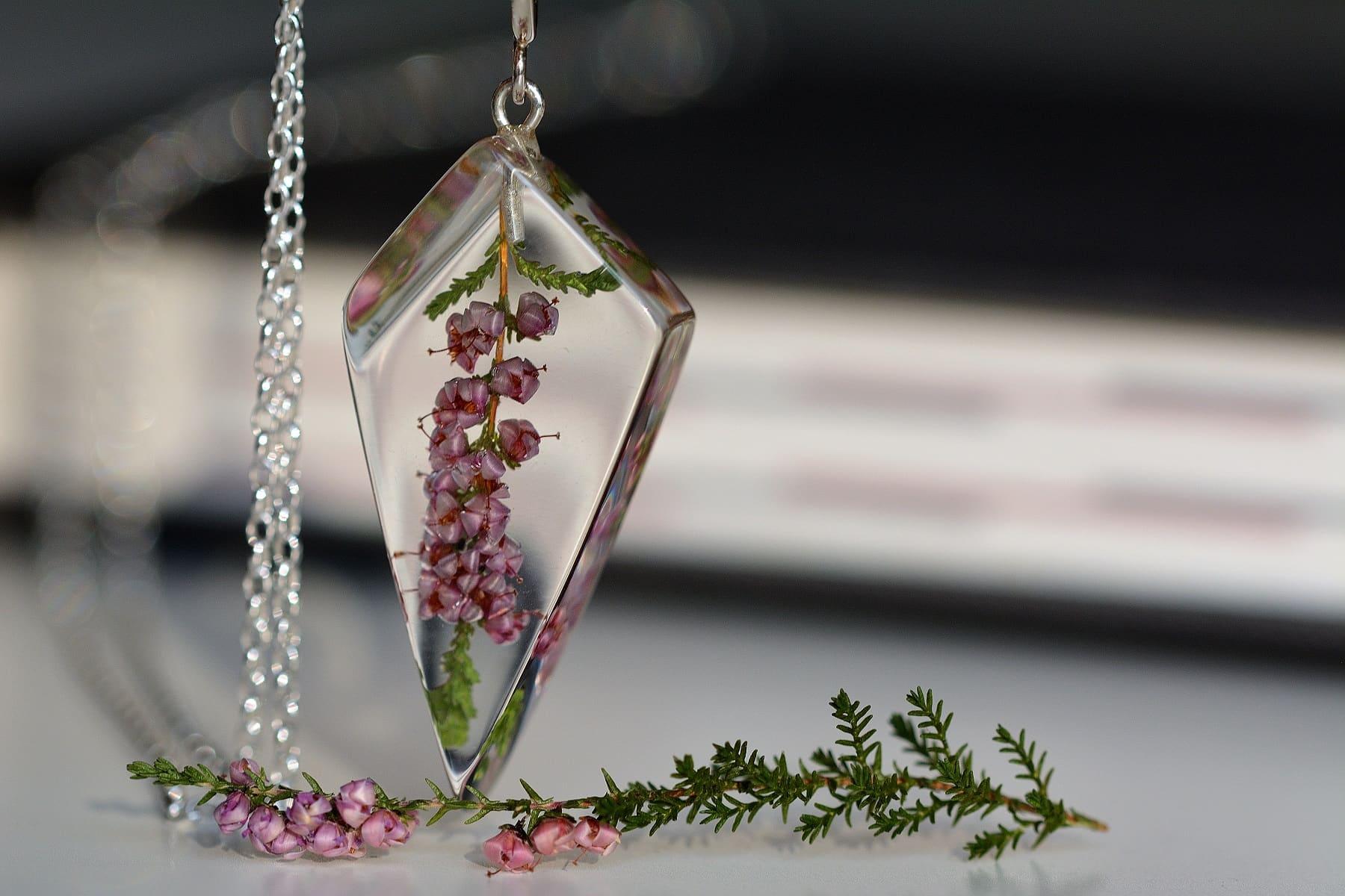 Biżuteria z żywicy - wisior z wrzosem.