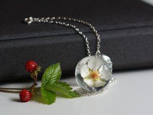 wisiorek z kwiatem poziomki