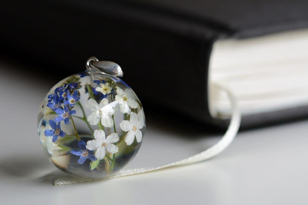 biżuteria z żywicy niezapominajki