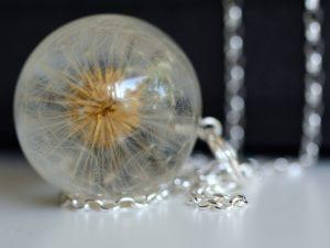 biżuteria z żywicy dmuchawce