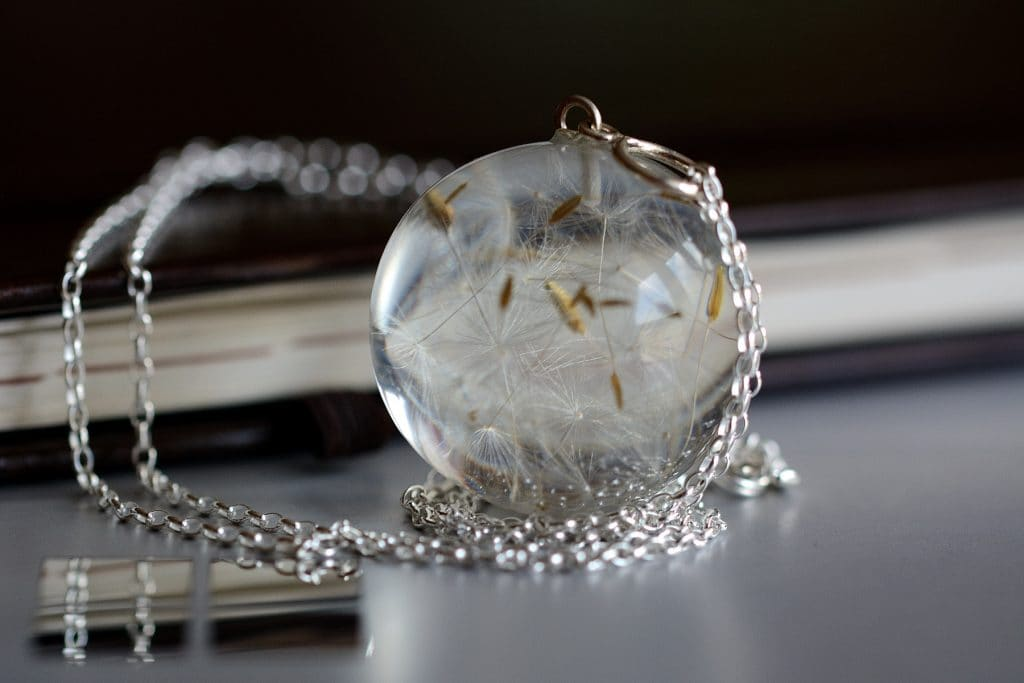 biżuteria z zywicy dmuchawce