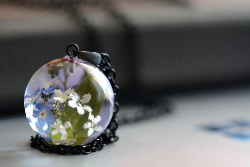 """SPRZEDANE. Biżuteria z żywicy. Wisior z kolorowymi niezapominajkami """" Noc Świętojańska"""""""