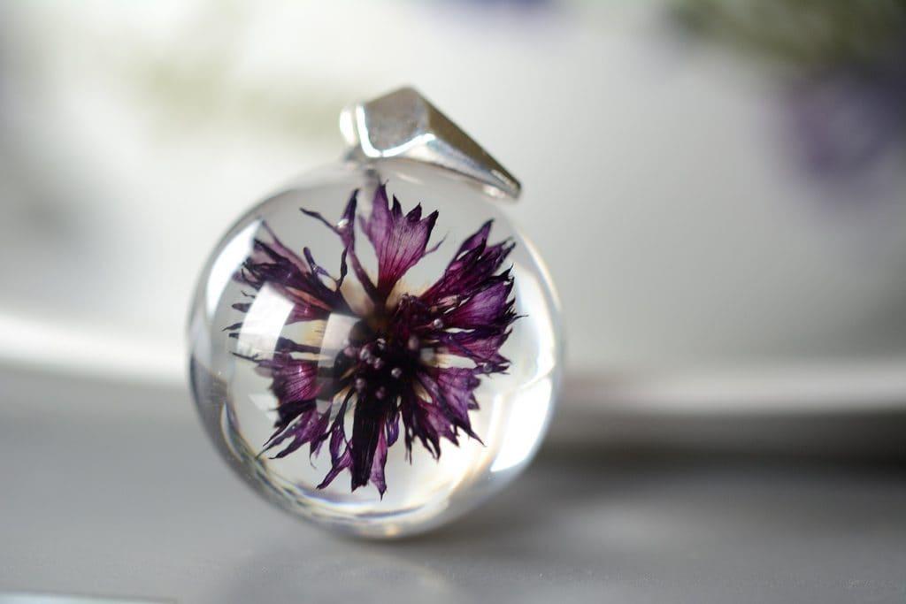 """Biżuteria z  żywicy. Wisior z chabrem :Delikatna Purpura"""""""