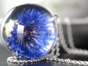 """SPRZEDANE. Biżuteria z żywicy. Wisior z chabrem """"Blue Sky"""""""