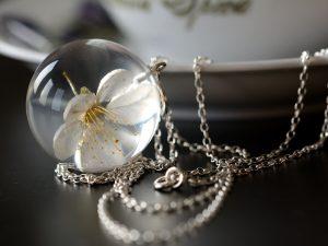 """Biżuteria z żywicy. Wisior z białym kwiatem wiśni """"Wiosna w Środku Zimy"""""""