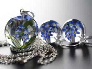 """SPRZEDANE. Biżuteria z żywicy. Komplet z niezapominajkami """"Nowy Sezon"""""""