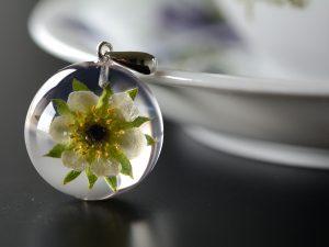 """SPRZEDANE. Biżuteria z żywicy. Zawieszka z kwiatem truskawki """"Truskaweczka"""""""
