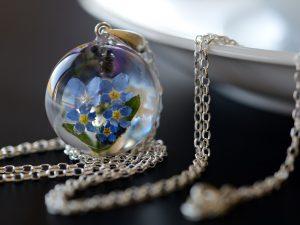 Biżuteria z żywicy. Kolorowy wisior z niezapominajkami