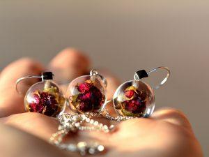 """Biżuteria z żywicy. Komplet z pąkami różyczek """"Słodkie miniaturki"""""""