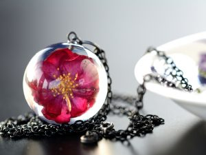 """Biżuteria z żywicy. Wisior z różą """"Róża w czerni"""""""