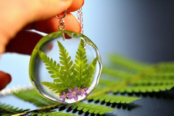 wisiorek srebrny z kompozycją roślin