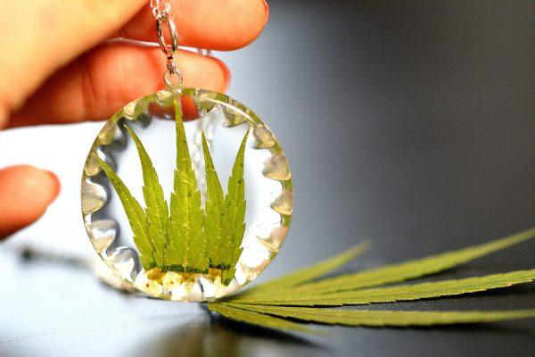 wisiorek srebrny z kwiatami