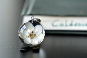 zawieszka z kwiatem mirabelki