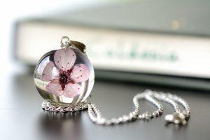 wisiorek z kwiatem wiśni