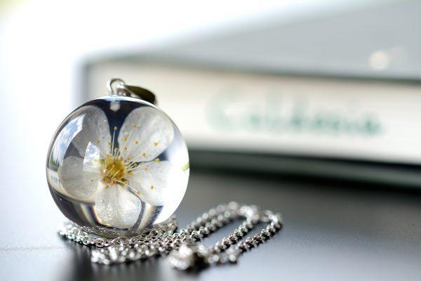 wisior z kwiatem mirabelki